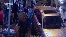 Çinli kadını el birliği ile kurtardılar
