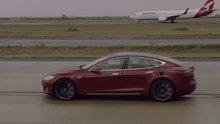 Boeing 737 uçağının Tesla aracıyla kapışması