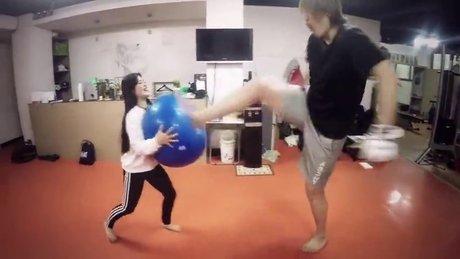 Kız arkadaşıyla push kick çalışan adam