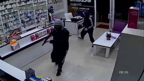 Pompalı tüfekle eczane soygunu kamerada