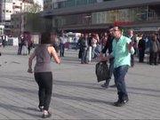 Bıçaklı genç kız Taksim meydanı'nı karıştırdı