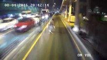 Metrobüs yolundaki kaza güvenlik kamerasında