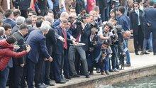 Başbakan Davutoğlu, balıklara yem attı