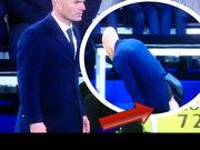 Zidane'ın pantolonu yırtıldı