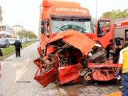 İki tır'ın arasında kalan otomobil preslendi: 1 ölü