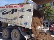 Cezaya kızan işadamı, 2 kamyon toprağı belediyenin önüne döktü