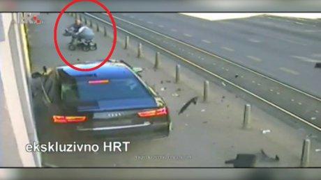 Bebek arabasını fırlatarak kurtardı!