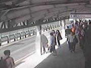 Metrobüs yoluna düşen kadın ezilmekten son anda kurtuldu