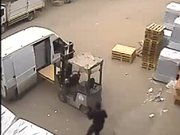 Kağıt toplayıcılar uzun namlulu silahlarla fabrika bastı