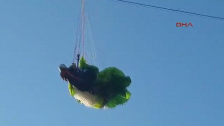 İskenderun Paraşütçü, yüksek gerilim tellerinde asılı kaldı