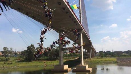 149 kişi aynı anda köprüden atladı