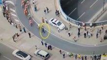 Bisiklet turunda parkurdan geçen vatandaş