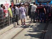 Metris'te baygınlık geçiren kadın tramvayın altında sürüklendi