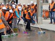 Başkan, elinde süpürge cadde yıkadı