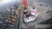 Türkiye'nin en büyük binasına tırmanıp, Türk bayrağı dalgalandırdılar