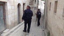 Çatıya bırakılan tüfek polisi alarma geçirdi