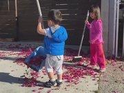 Ablasına yardım eden fedakar kardeş