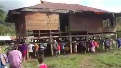 Komşularının evini omuzlarında taşıdılar