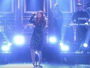 Ünlü şarkıcı böyle düştü!