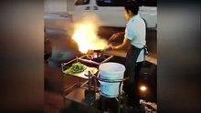 Sokak ortasında şov yapan yetenekli aşçı