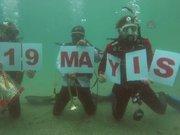 Denizin 15 metre altında 19 Mayıs kutlaması