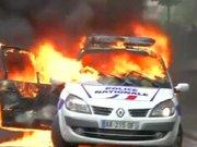 Polis arabasına saldırıp yaktılar!
