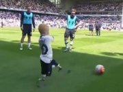 Küçük çocuk bütün stadı ağlattı!