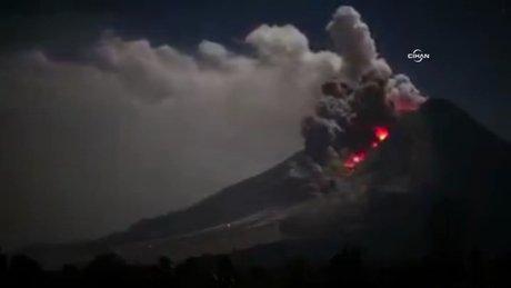 Endonezya'daki yanardağın şiddetli patlama anı