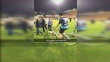 Maç sonrası sahaya bisikletle girdi
