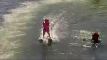 Yürümeyi öğrenmeden su kayağı yapan minik!