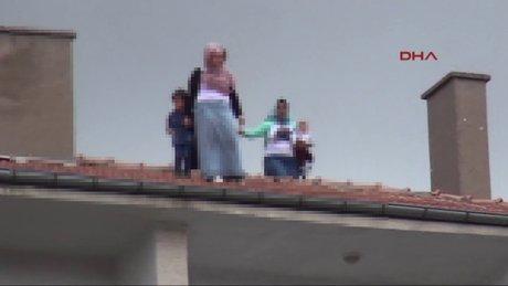 Kadınlar çocuklarıyla çatıya çıktılar