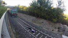 Hızla gelen trenin altına yattı