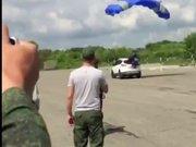 Paraşütle aracın camını kıran asker