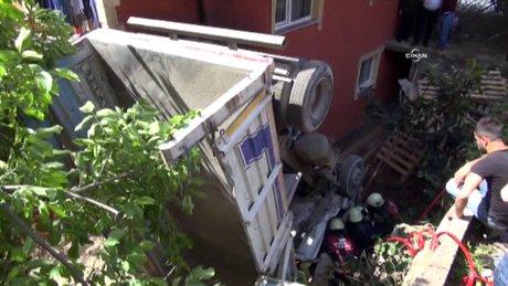 Sancaktepe'de kamyon evin bahçesine uçtu