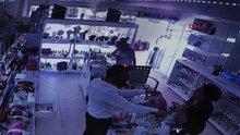 Kadın turistlerin hırsızlık anı güvenlik kamerasında
