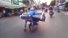 Motosiklet ile halı teslimatı