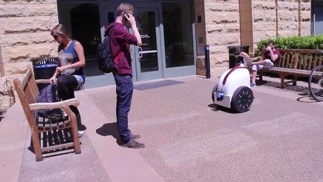 Kaldırımdaki insanları karşılayan robot