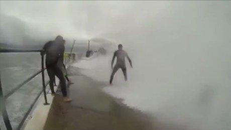 Dev dalgaların ortasında ölümüne selfie !