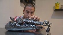 Dünyanın ilk protez kol dövme makinesi