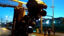 Damperi açılan kamyon trafik levhalarına çarparak asılı kaldı