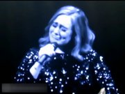 Adele sahnede gözyaşlarını tutamadı