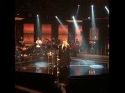 Zerrin Özer konserini ayakta verdi