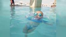 Bebeğin havuz keyfi