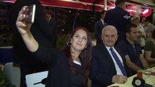 Başbakan Yıldırım, kafede gençlerle sohbet etti