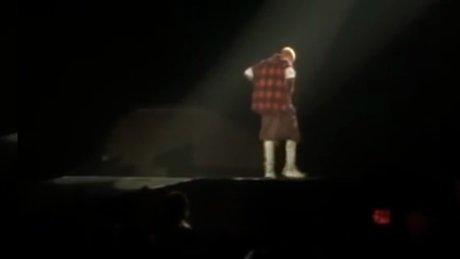 Ünlü şarkıcı yine sahneden düştü!