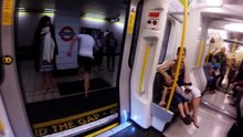Metroyla yarışan adam