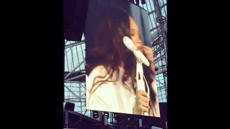 Rihanna konserinde ağladı