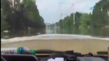 Sel sularında araç kullandılar!