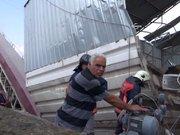 Beton fabrikası işçileri kumun altında kaldı
