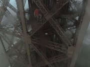 Eyfel Kulesi'ne tırmandılar